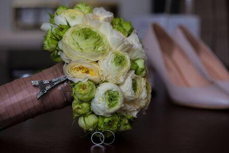 bodas de plata: Ramo de rosas blancas y los anillos de bodas de plata Foto de archivo