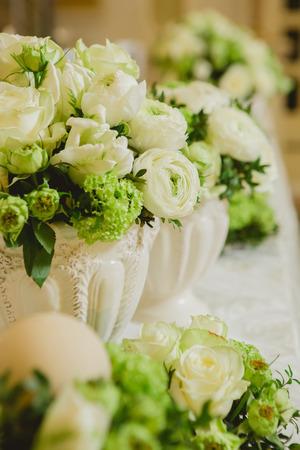 Decoración de la tabla de la boda, ajuste de la boda, flores de la boda en la tabla, profundidad del campo baja. Foto de archivo - 40106345