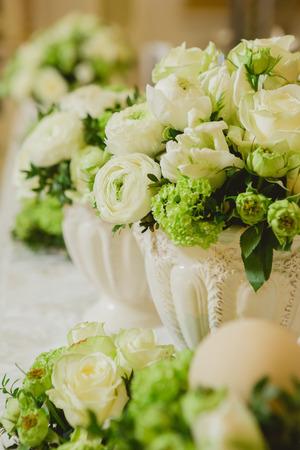Eine Kleine Glas-Vase Von Weißen Blumen Auf Einem Grünen Tisch Auf ...