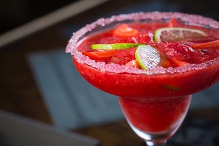bebidas alcohÓlicas: Cóctel margarita de fresa en la barra. Kelvin superficial Foto de archivo