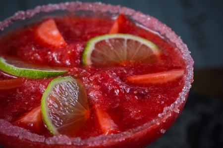 margarita cocktail: Cóctel margarita de fresa en la barra. Kelvin superficial Foto de archivo