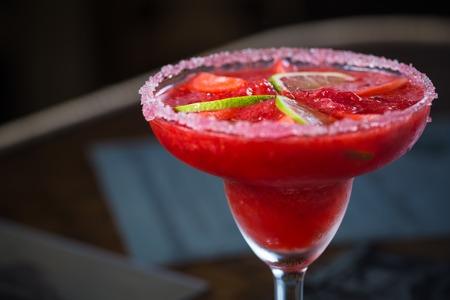 margarita cocktail: C�ctel margarita de fresa en la barra. Kelvin superficial Foto de archivo