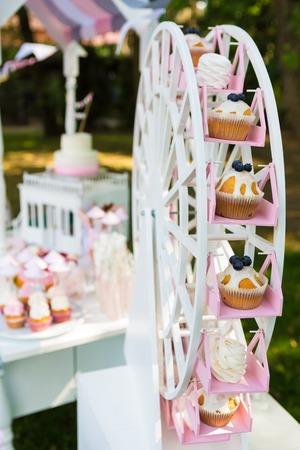 パーティーのデザート テーブル。ケーキ、カップケーキ、甘さと花。浅い被写し界深度