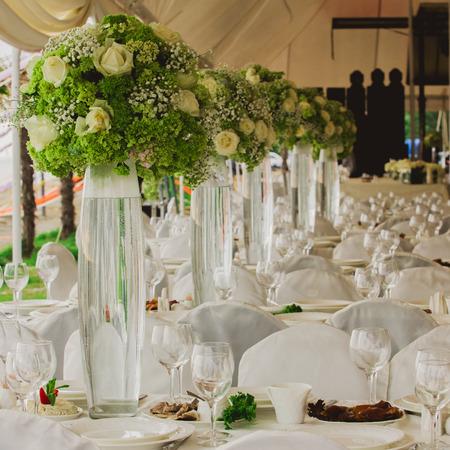 wedding set up in garden inside beach. Closeup of flowers Stockfoto