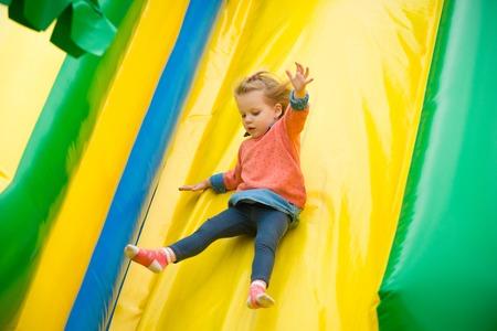 gente saltando: Ni�a alegre jugando en un trampol�n.