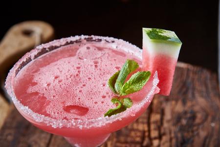 margarita cocktail: Sandía coctel congelado con copia espacio sobre fondo de madera