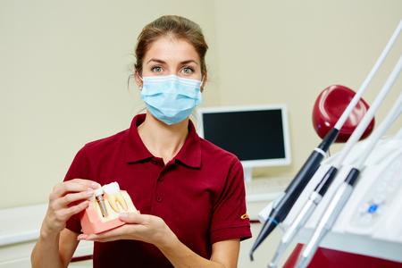 Portrait eines glücklichen weiblichen Zahnarzt in der Klinik Standard-Bild