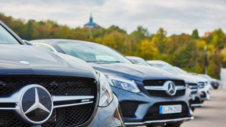 Kiev, Ukraine - 10. Oktober 2015: Mercedes Benz-Sterne-Erfahrung. Die interessante Reihe von Testfahrten