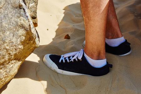 piernas hombre: Close up fashion image of man legs. Bright colors.