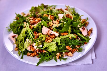 rocket lettuce: Green salad with pear, walnuts and mushrooms