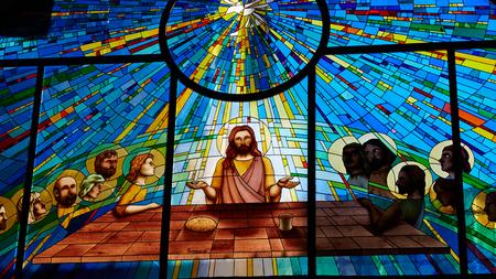 Sorrento, Włochy - 08 listopada 2013: Witraż przedstawiający Jezusa i dwunastu apostołów na Wielki Czwartek podczas Ostatniej Wieczerzy w katedrze Publikacyjne