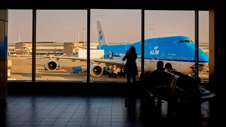 Amsterdam, Nederland - 11 maart 2016: KLM-vliegtuig op Schiphol worden geladen Redactioneel
