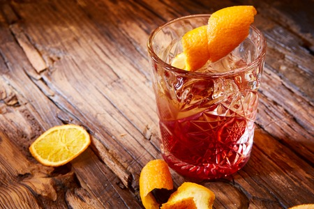 Old fashioned Cocktail auf dem hölzernen Hintergrund