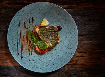 plato de pescado: Platillo de pescado. Los pescados y verduras fritas