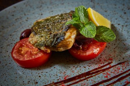 dish fish: Platillo de pescado. Los pescados y verduras fritas