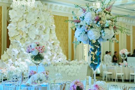 Set de table pour le mariage ou un autre dîner de réception avec traiteur.