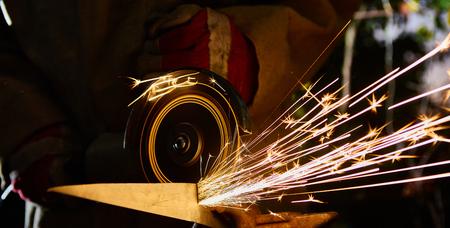 Werknemer snijden metaal met molen. Vonken tijdens het slijpen ijzer.