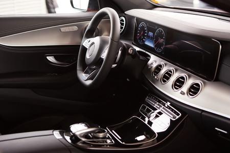 Luxus-Auto-Innenansicht. Lenkrad und Armaturenbrett