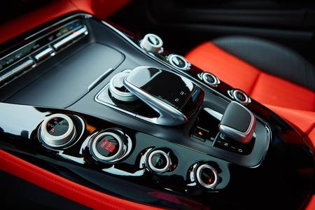 モダンなインテリア、固執するギア、高価な車の自動変速機の詳細