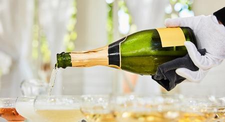 テーブルの上に立ってフルート シャンパンを注ぐ。