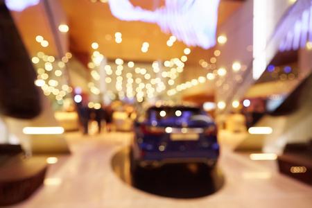 EXHIBIDOR: Fondo borroso, desenfocado de evento público sala de exposiciones que muestra los coches y automóviles