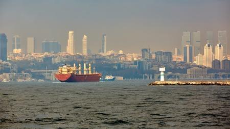 Großes Containerschiffsegeln, Boshorus, Istanbul, die Türkei Standard-Bild