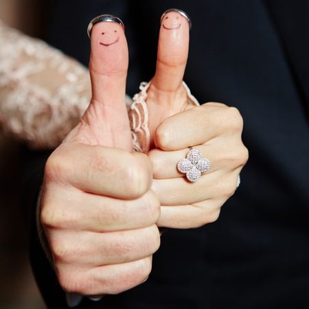 wedding rings on her fingers painted with the bride and groom Banque d'images