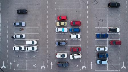 Parcheggio auto visto dall'alto, vista aerea. Vista dall'alto