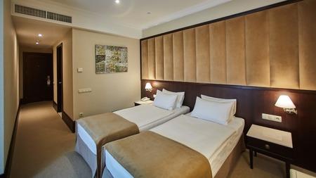 Due letti in una stanza d'albergo. Interior design
