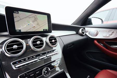 Vista desde el interior de un automóvil en una parte del tablero con una unidad de navegación Foto de archivo