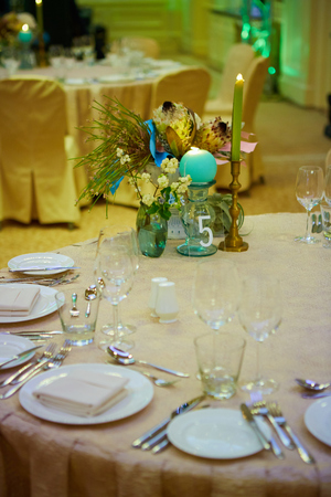 The luxury wedding reception dinner table setup 免版税图像