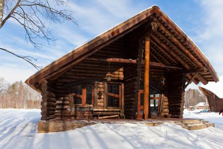 schönes Chalet aus Holzrahmen in der Winterlandschaft.