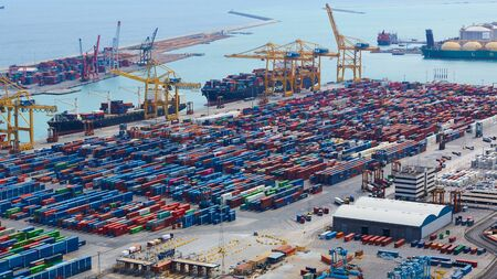 Barcelona, Spanien - 8. April 2019: Industriehafen für Güterverkehr und globales Geschäft.