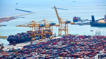 Barcelona, Hiszpania - 8 kwietnia 2019: Port przemysłowy dla transportu towarowego i globalnego biznesu. Publikacyjne
