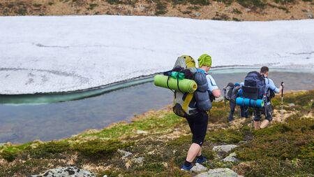 Die Gruppe von Wanderern, die in den Bergen spazieren gehen