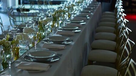 Pięknie zorganizowana impreza. Serwowany świąteczny stół gotowy dla gości.