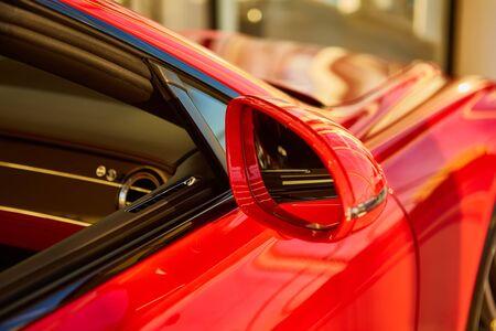 Side rear-view mirror on a modern car 版權商用圖片