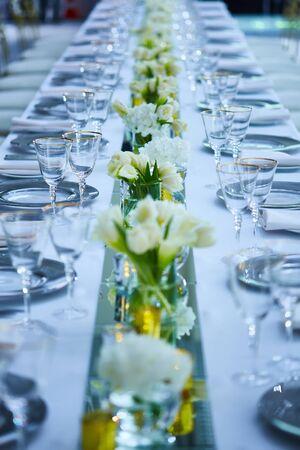 Elegante area ricevimento di nozze pronta per gli ospiti e la festa