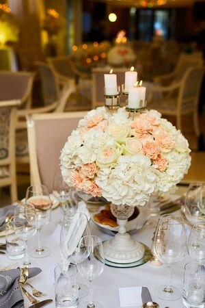 Das luxuriöse, elegante Tischarrangement für die Hochzeitsfeier.