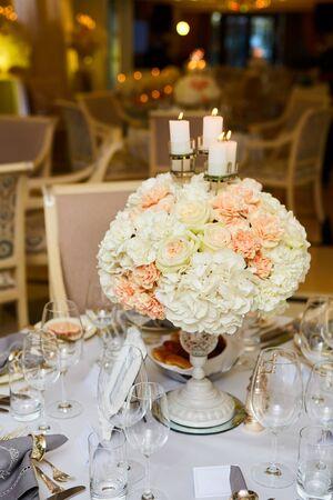 El arreglo de mesa de recepción de boda de lujo y elegante.
