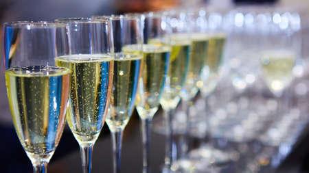 Row of glasses of wine. A restaurant. Buffet Standard-Bild