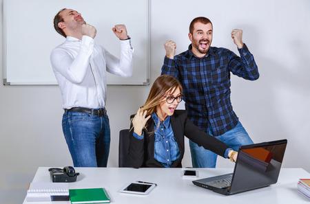 gente exitosa: Exitosos empresarios de las manos en alto