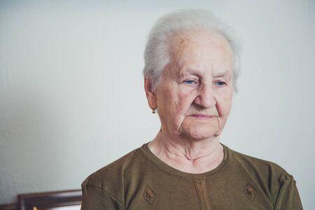 sad look: Mujer mayor triste