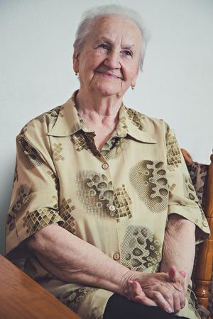 damas antiguas: Retrato de una mujer sonriente ancianos Foto de archivo