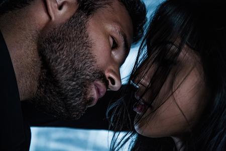 Coppia in amore andare per il bacio