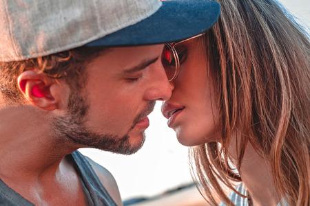 Modieus paar kussen buiten Stockfoto