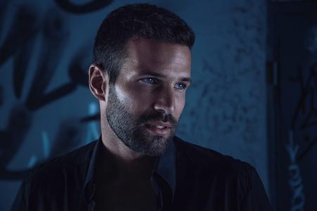Handsome male model in dark alley Stockfoto