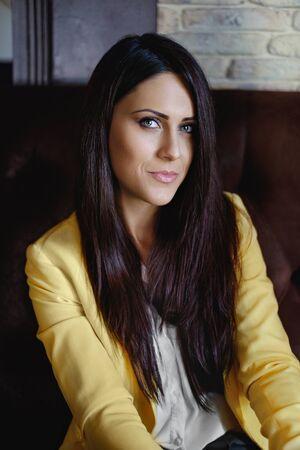eyes green: mujer de negocios sonriente con los ojos verdes retrato Foto de archivo