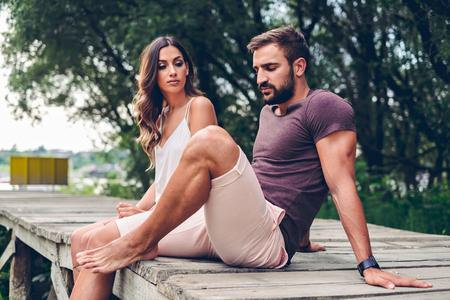Lucha contra la pareja mientras está sentado en el muelle