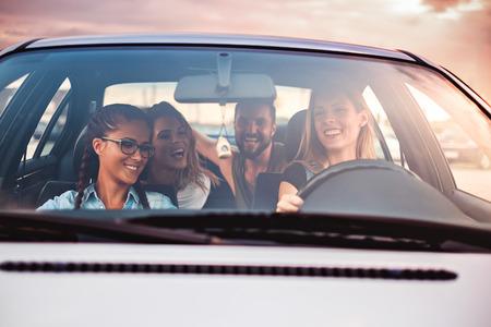 Gruppe von Freunden Spaß im Auto. Sonnenuntergang Standard-Bild - 63276171